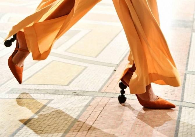 Туфли с острым носком и геометричным каблуком из 3 шаров сделают эффектным любой образ.