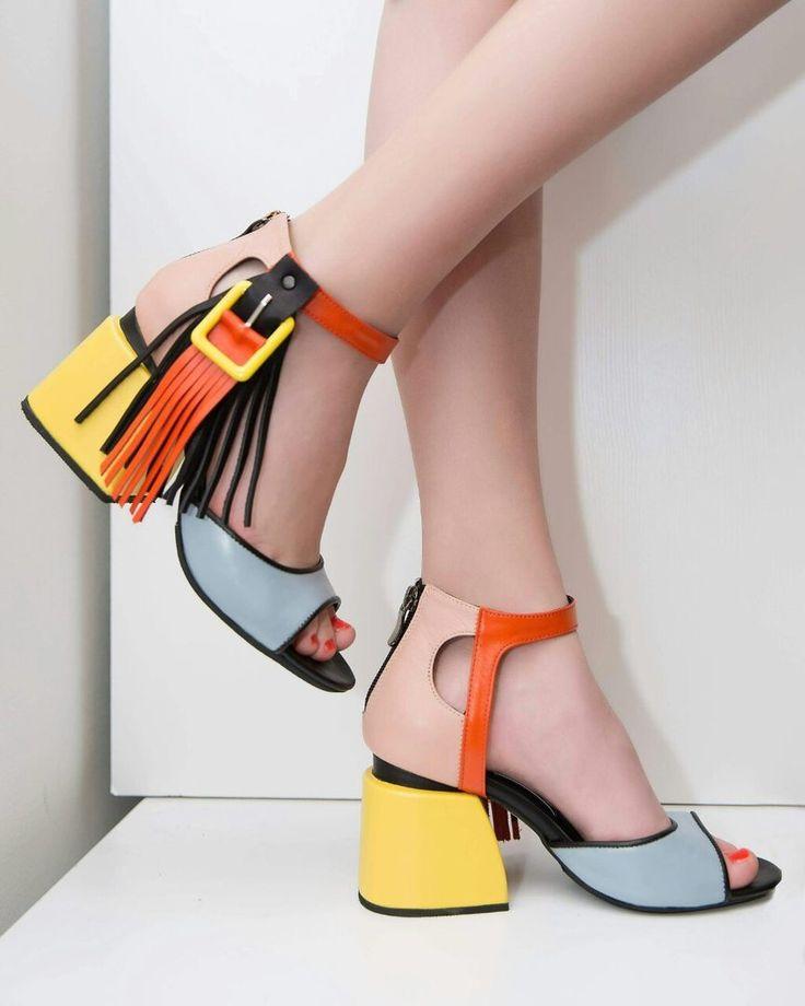Красочные босоножки с каблуком-трапецией и застежкой-кисточкой — отличное решение для яркого лета.