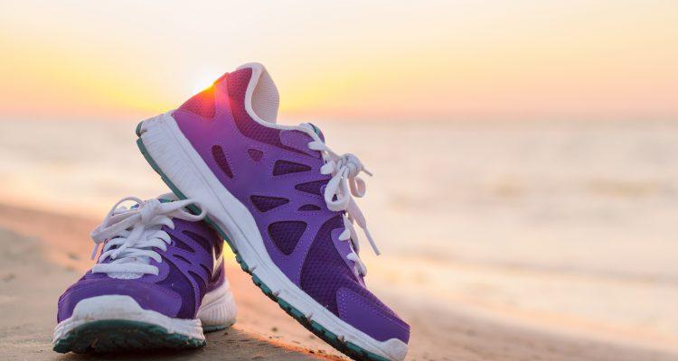 Яркие кроссовки создают настроение.
