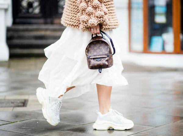 Белые кроссовки на платформе идеально дополнят летящие платья и юбки.