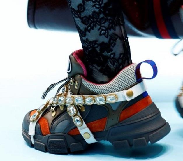 Обилие декора на кроссовках - модная фишка сезона.