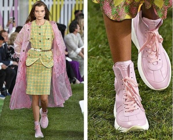 Высокие кроссовки с костюмом и плащом в тон выглядят очень стильно.