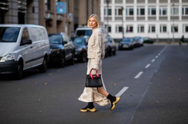 Кроссовки-носки стану отличным контрастом в образе модницы.
