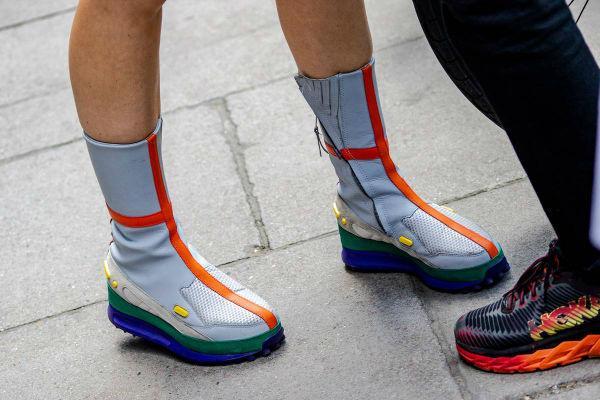 Футуристические кроссовки для смелых девушек.
