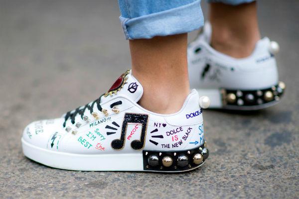Имитация граффити на кроссовках смотрится очень стильно.