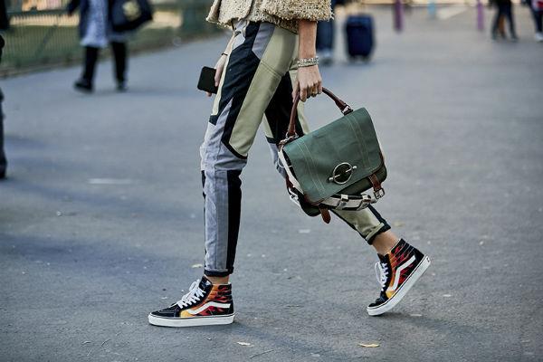 Качественные кроссовки позволяют ноге дышать.