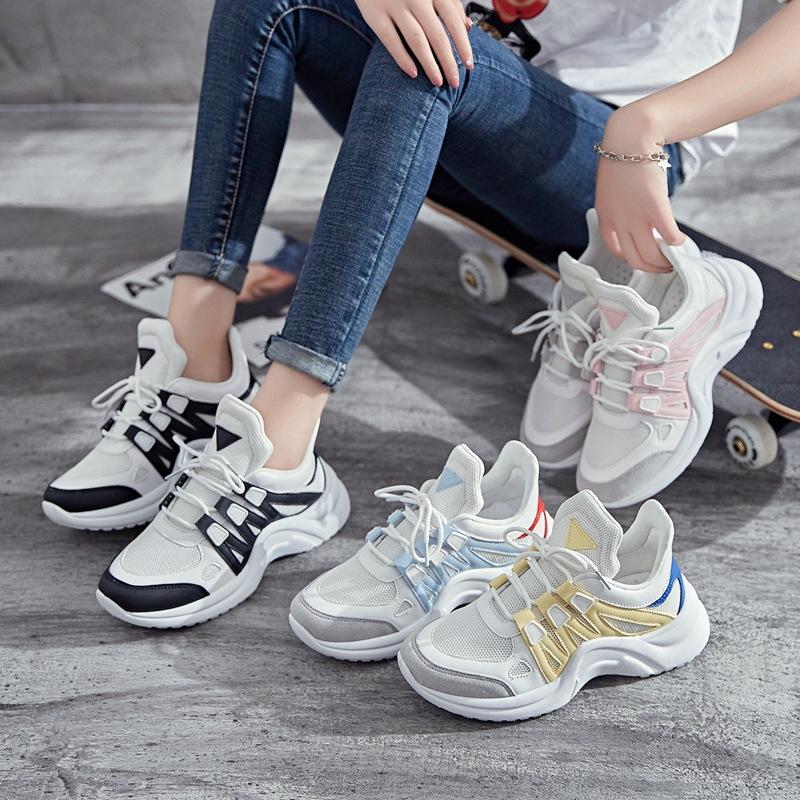 Эффектные кроссовки с цветными элементами.