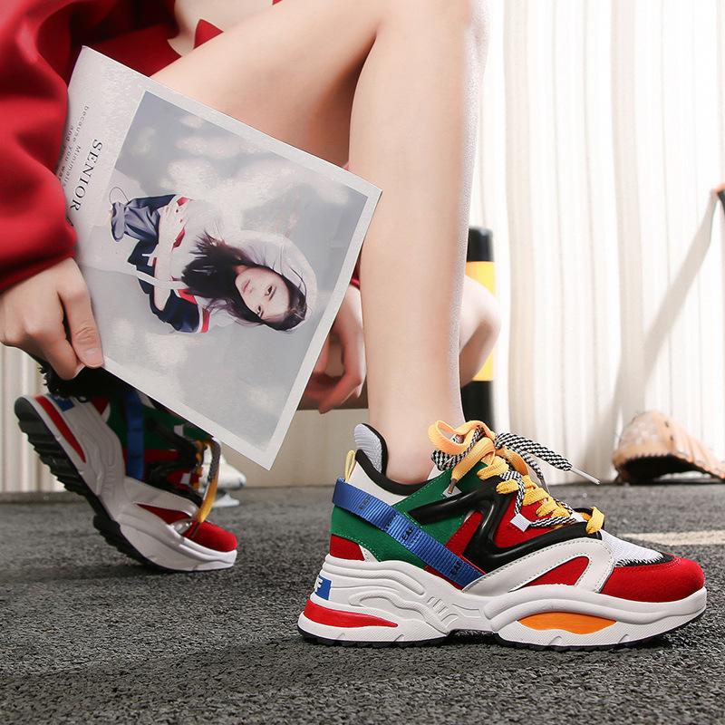 Разноцветные кроссовки для эффектных образов.