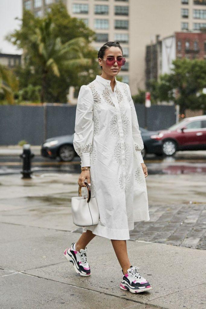 Повседневный белый лук с кроссовками.