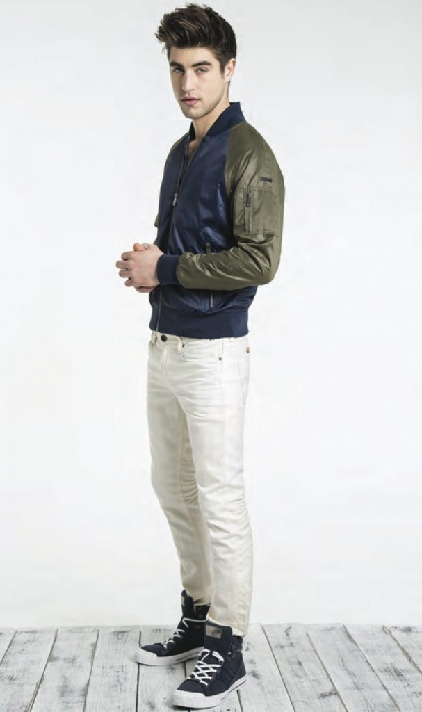 Мужские высокие кроссовки в сочетании со светлыми брюками.
