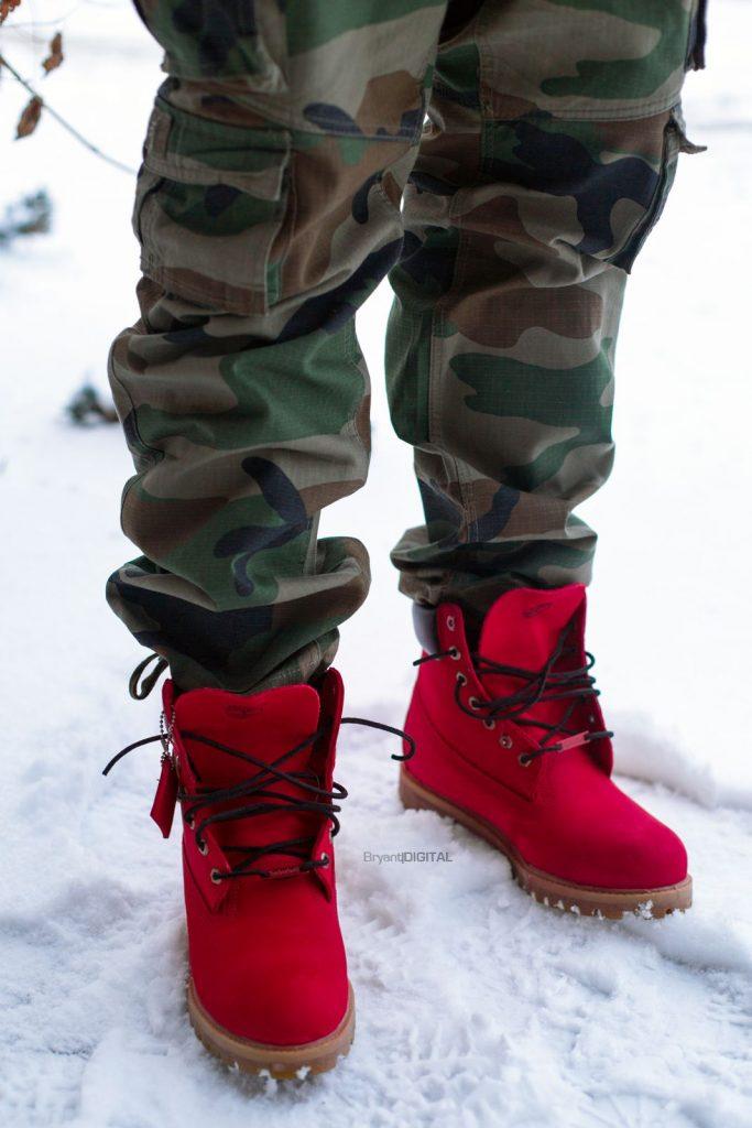 Мужские зимние красные кроссовки актуальны для эффектных образов.