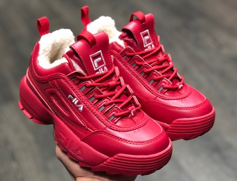 Женские красные кроссовки мега-популярны в этом сезоне.