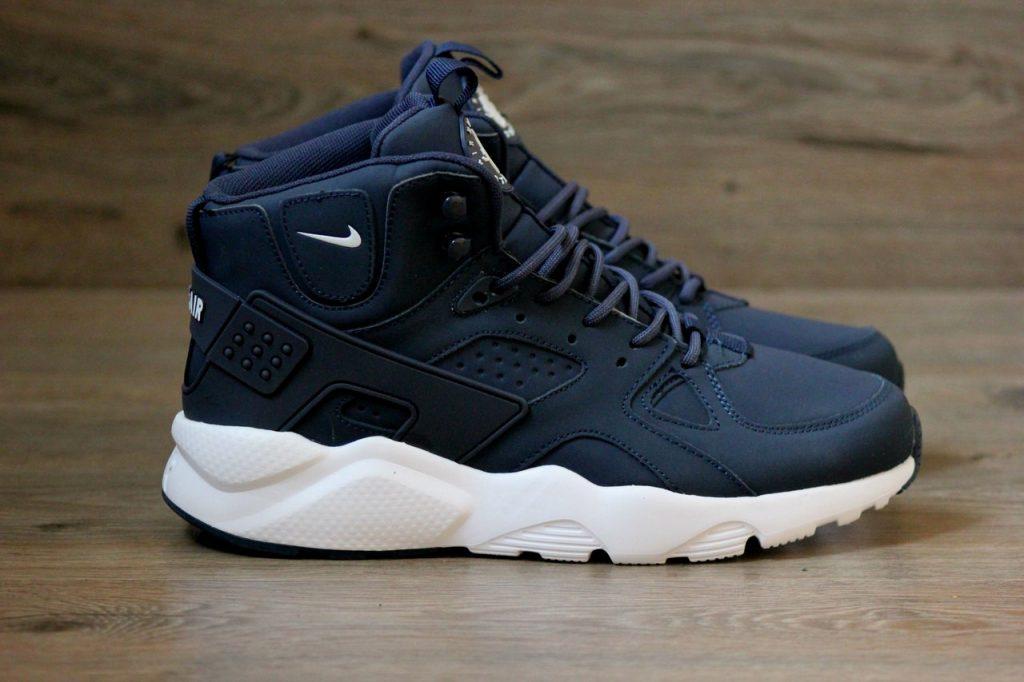 Мужские зимние кроссовки синего цвета выглядят очень эффектно, особенно на белой подошве.