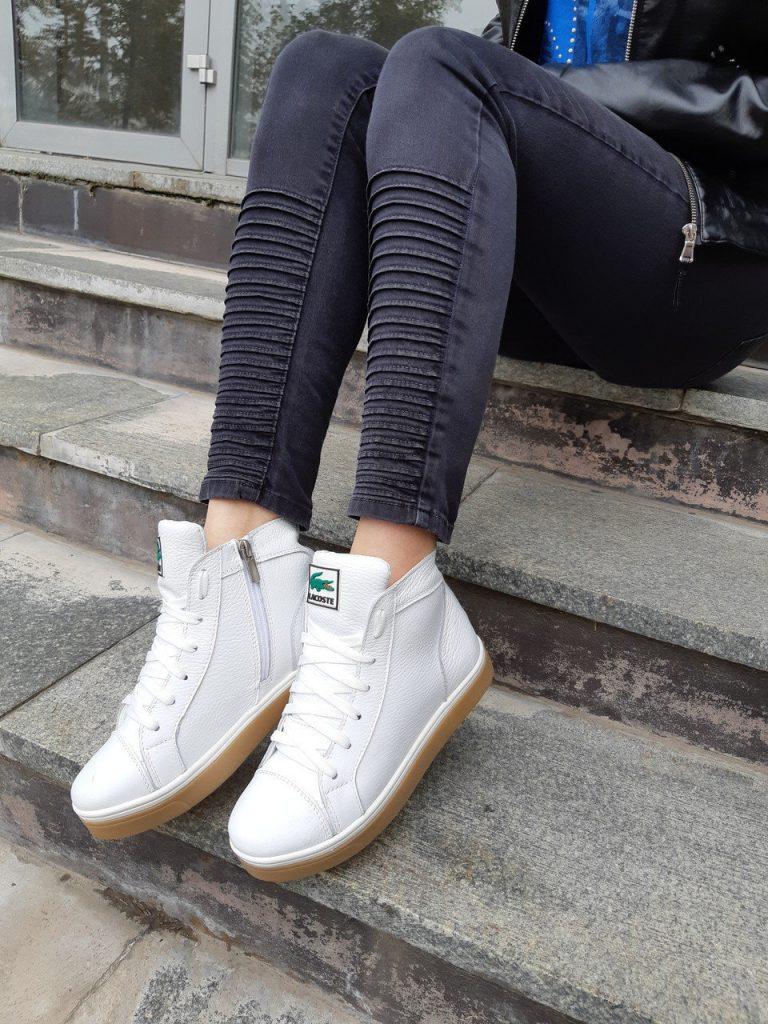 Белые зимние кроссовки Лакоста.