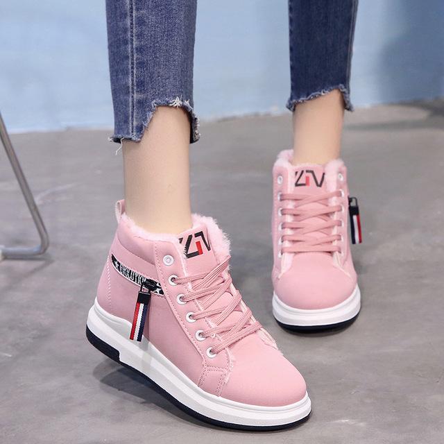 Розовые кроссовки прекрасно разнообразят зимний гардероб.