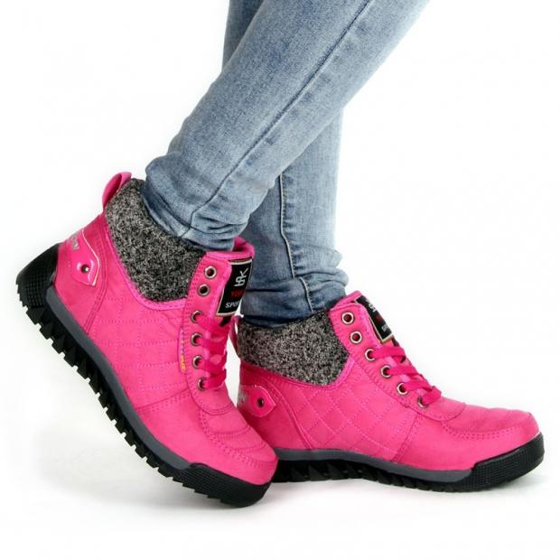 Яркие розовые кроссовки с серым мехом украсят любой образ.