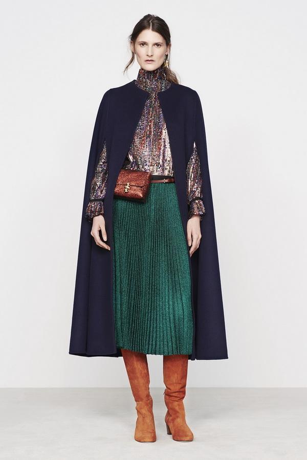 Зеленая юбка-плиссе и коричневые сапоги - элегантное сочетание для осенних образов.