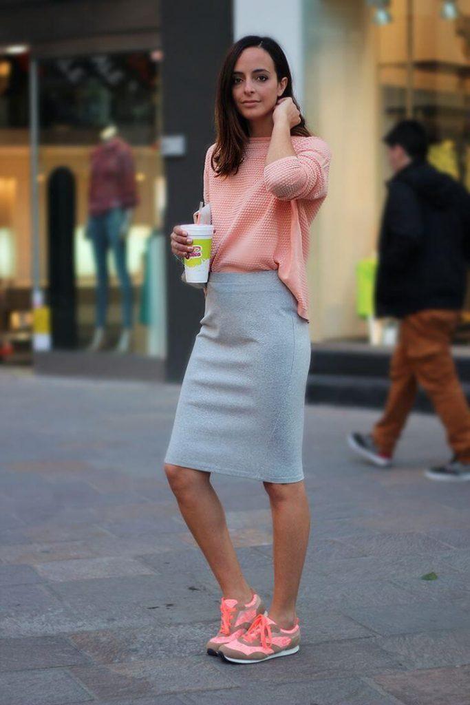 Юбка-карандаш с пастельного цвета кроссовками - лучшее решение для стиля кэжуал.