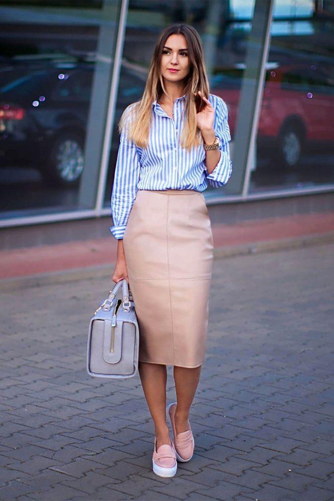 Слипоны идеально дополняют юбку-карандаш пастельного оттенка.