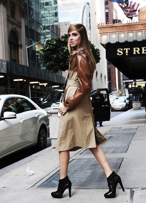 Черные ботильоны с закругленным носком и каблуком средней длины хорошо сочетается с коричневым тренчем немного ниже колена.