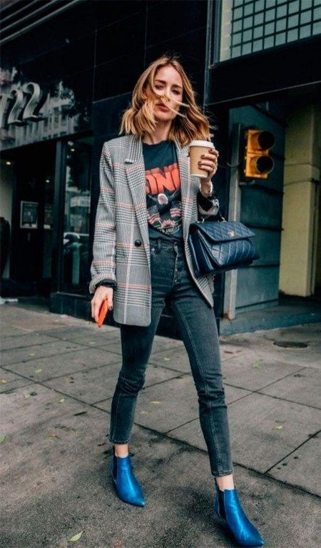 Комфортный и модный лук - обычные черные джинсы-скинни, футболка с ярким принтом, свободный удлиненный пиджак в клетку, сумка и яркие синие челси.