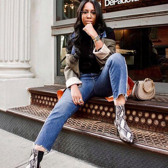 Синие джинсы и черный верх сочетается с такой яркой обувью.Образ можно дополнить разнообразными аксессуарами, бежевой сумкой и прозрачными очками как у девушки на фото.