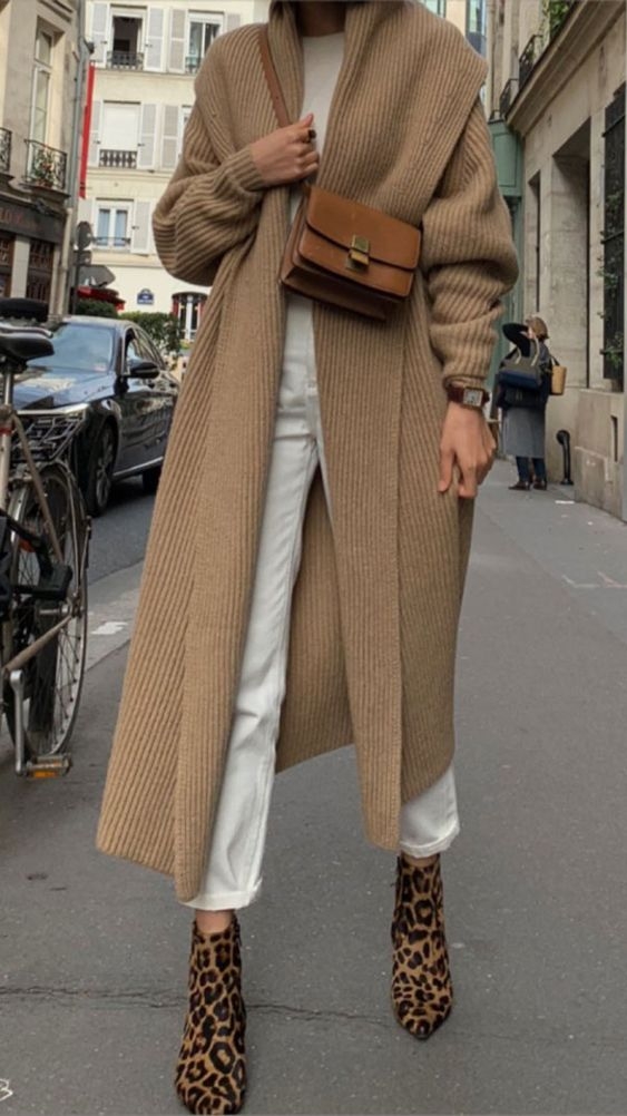 Надев белые джинсы и футболку, кофейный кардиган, коричневую сумку и леопардовые ботинки, вы будете выглядеть стильно.