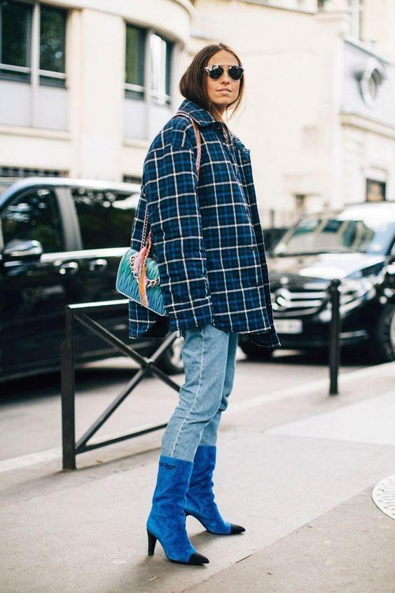 Замшевые высокие ярко-синие ботинки с зауженным черным носком и невысоким каблуком надели с голубыми бойфрендами и клетчатой курткой оверсайз.