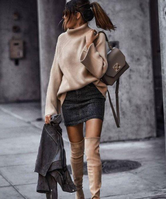 Очень нежные замшевые ботфорты кофейного цвета в комбинации с такого же цвета свитером оверсайз, черной джинсовой короткой юбкой и сумкой.