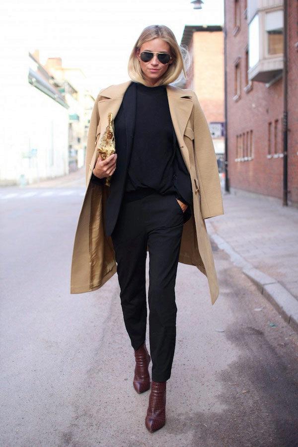 Кожаные ботильоны бордового цвета с зауженным носком подойдут под классический черный костюм и пальто свободного кроя.