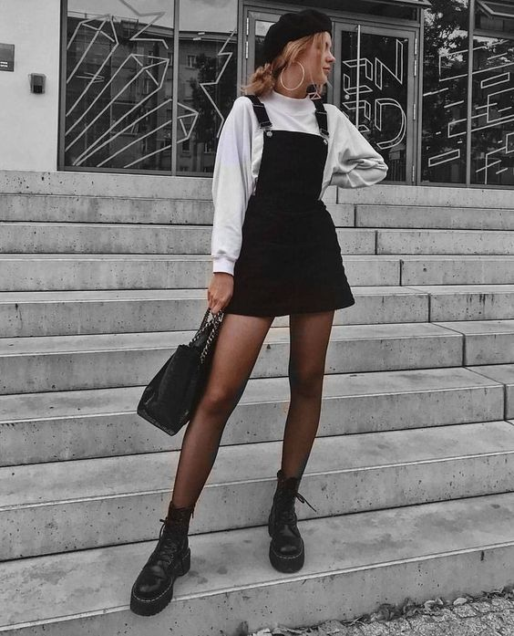 Темно-коричневые колготки, черный короткий джинсовый сарафан и сумка, а также осенние ботинки. Не стоит забывать про головной убор. Берет - самое то.