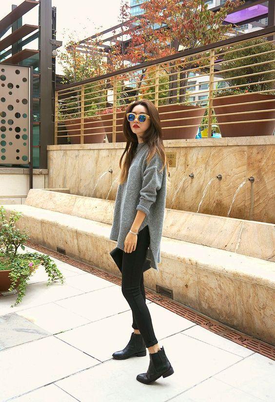 Стильный образ - джинсы-скинни, объемный серый свитер и черные челси. Образ можно дополнить очками и клатчем.