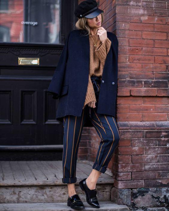 Кожаные ботинки по щиколотку отлично смотрятся с классическими брюками в полоску, свитером оверсайз и пальто свободного кроя. Изюминкой является головной убор - бретонская кепка.