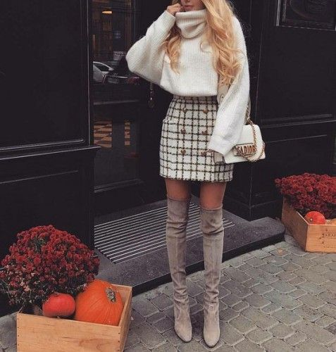 Юбка в форме трапеции в клетку, белый свободный свитер и замшевые серые ботфорты  беспроигрышно  смотрятся вместе.