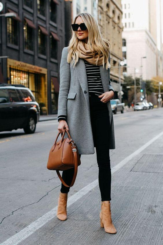 Стильный вариант - шарф и ботинки кофейного цвета, черные джинсы-скинни, серое замшевое пальто нараспашку и коричневая сумка.