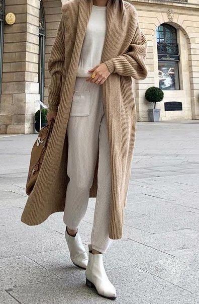 Можно рискнуть и выбрать белую обувь,надев при этом белый спортивный костюм и удлиненную кофту кофейного цвета.