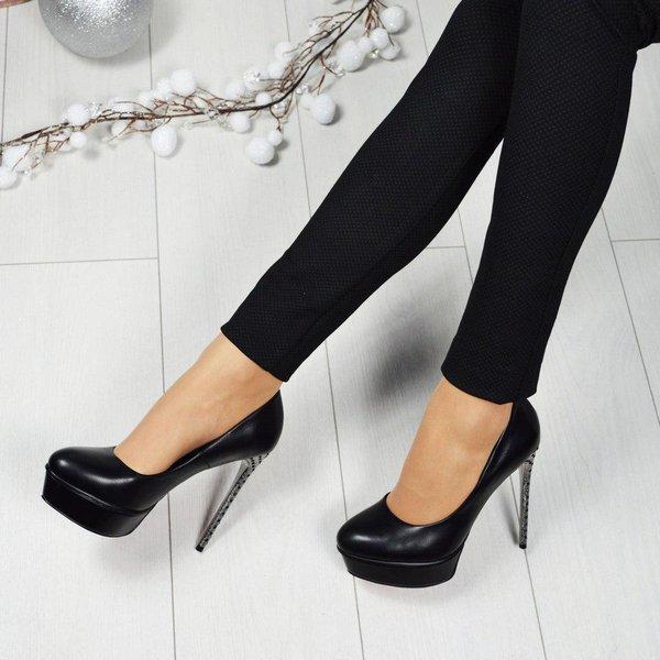 Туфли на высоком каблуке создают гармоничный лук с леггинсами