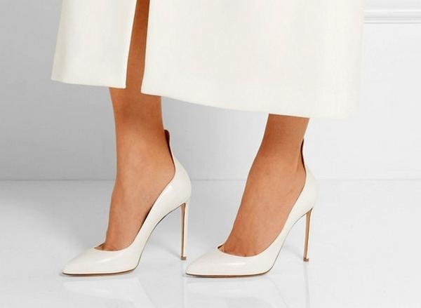 Туфли на высокой шпильке стильно сочетаются с элегантными плащами