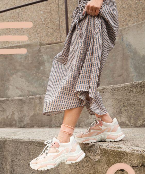 Массивные кроссовки в пастельных тонах и клетчатая длинная юбка - стильный образ в итоге.  Тренд уже нескольких сезонов - яркие и необычные носки. В данном случае они полупрозрачные, в тон к обуви.