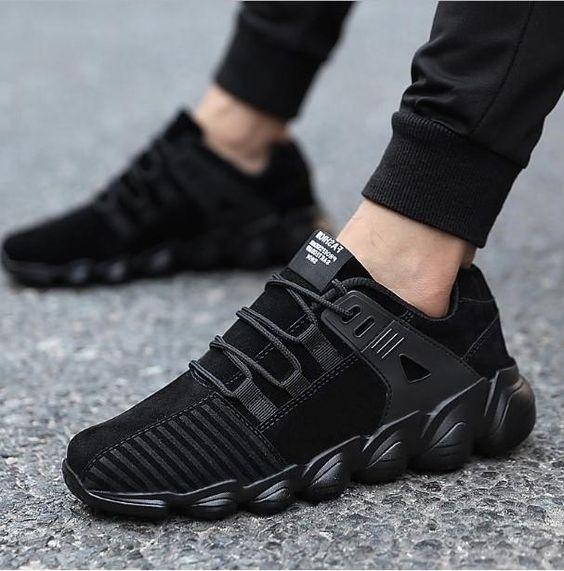 Стильные черные кроссовки в современном дизайне отлично будут сочетаться с зауженными спортивными штанами.