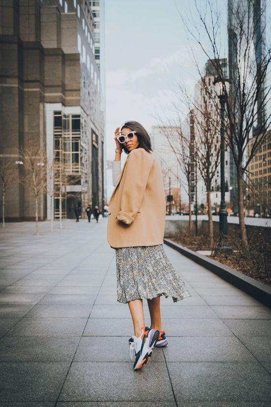 Яркие кроссовки с легким платьем и пиджаком, плюс солнцезащитные очки.