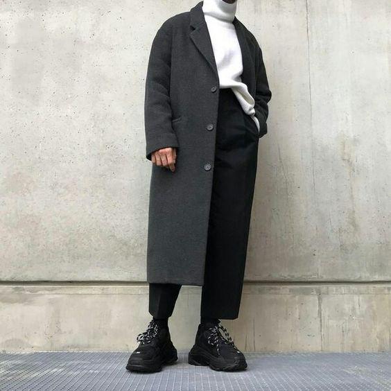 Массивные кроссовки хорошо сочетаются со свободным пальто и брюками, все сдержано и лаконично.