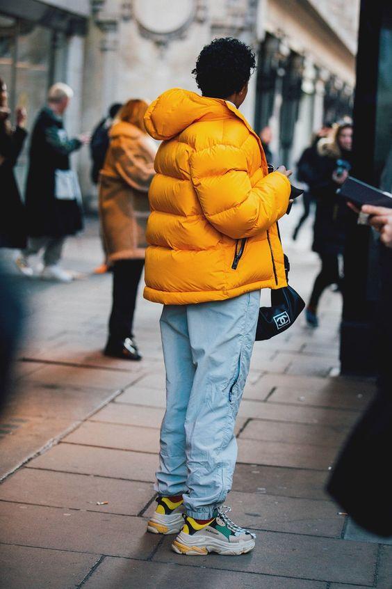 Яркие массивные кроссовки отлично выглядят с такой же объемной курткой и спортивными штанами.