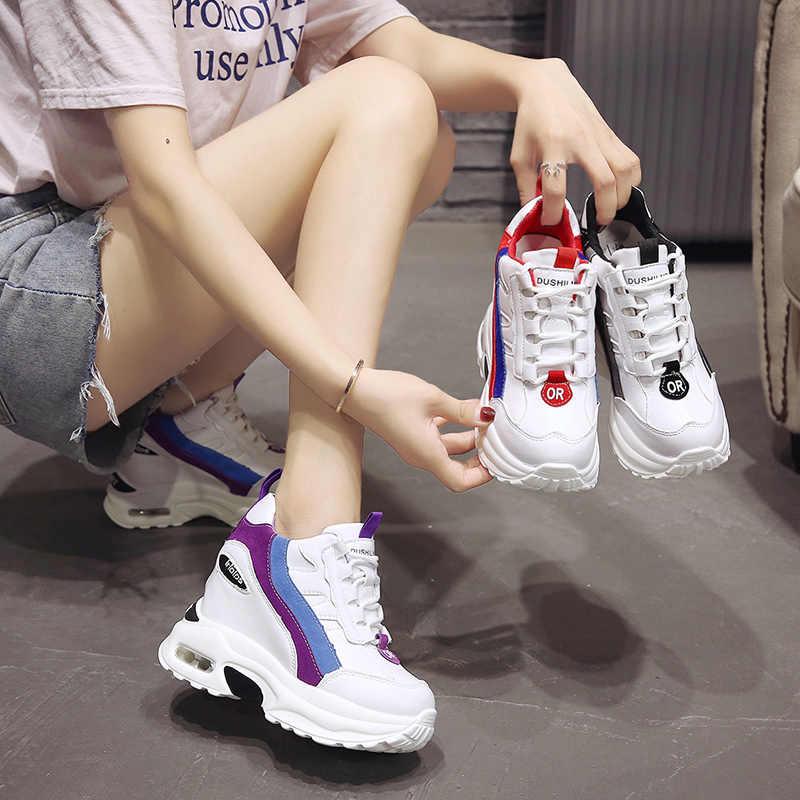 Белые сникерсы с вставными полосками можно сочетать с летней одеждой - джинсовыми шортами и нежно-розовой футболкой. Важно помнить, что спортивные штаны или же лосины будут смотреться неуместно.