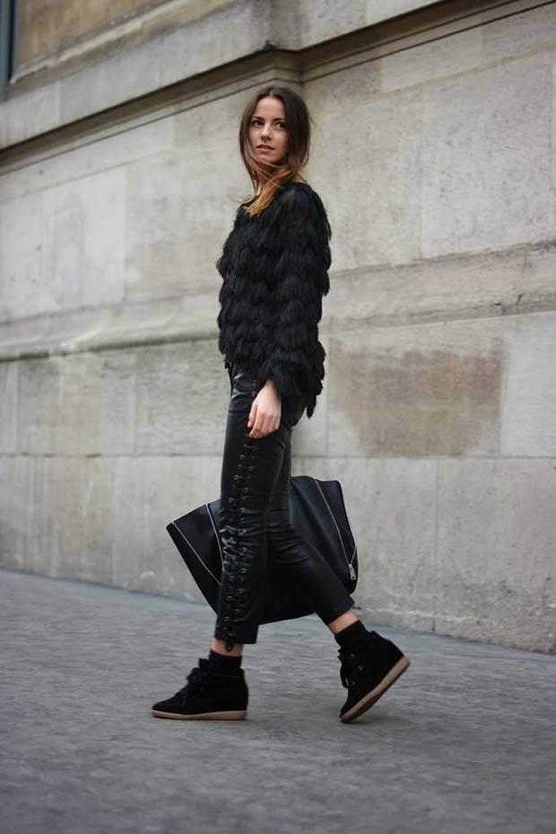Черные кожаные брюки и кофта, такого же цвета сникерсы гармонично смотрятся вместе. Можно подобрать верх другого цвета, дабы добавить яркости в образ.