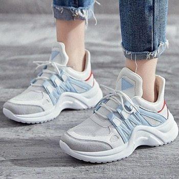 Массивные светлые кроссовки хорошо смотрятся с свободными джинсами. Также эту модель можно носить с светлыми шортами, хорошим выбором станут именно джинсовые.
