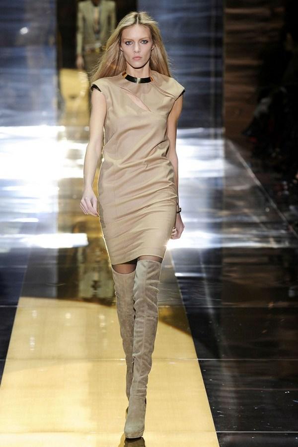 Платье футляр с высокими сапогами – гармоничный лук бизнес леди