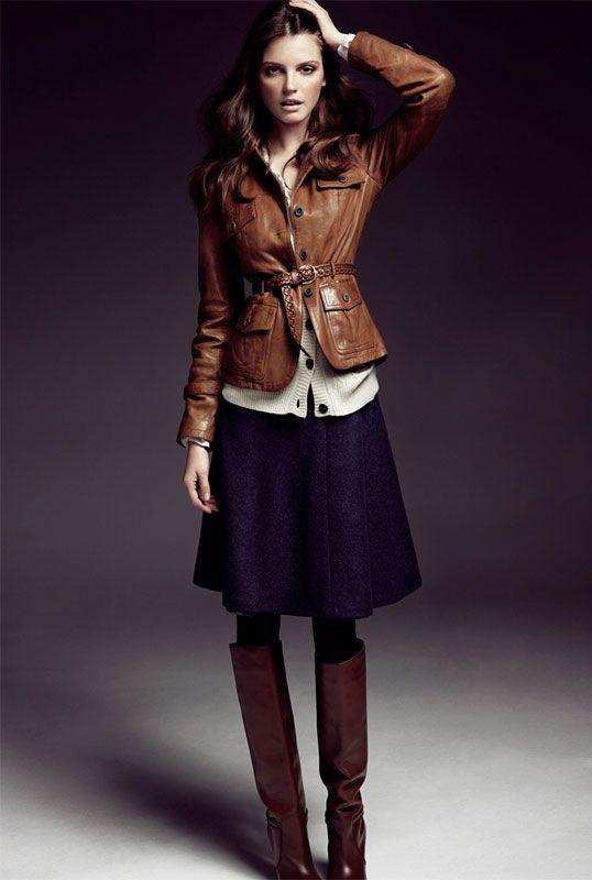 Городской лук с сапогами выше колена и расклешенной юбкой
