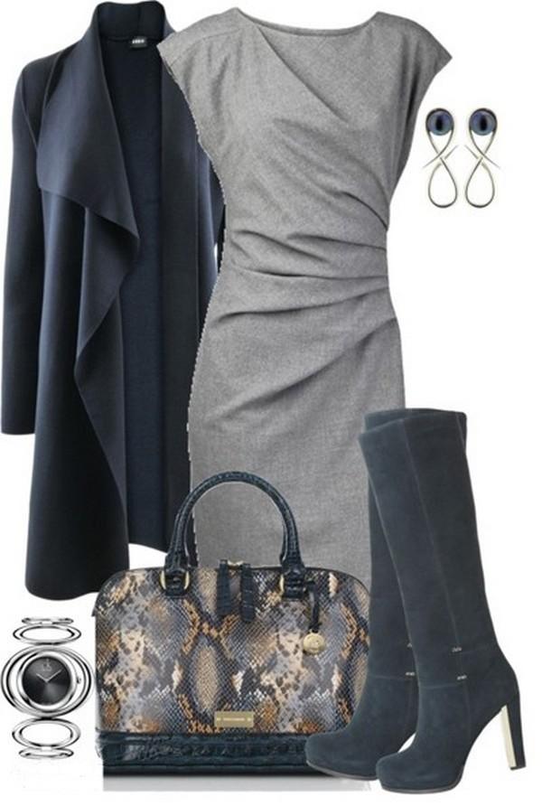 Офисный лук – платье-футляр и высокие сапоги на прямом каблуке в сочетании с сумкой из кожи питона и оригинальным пальто