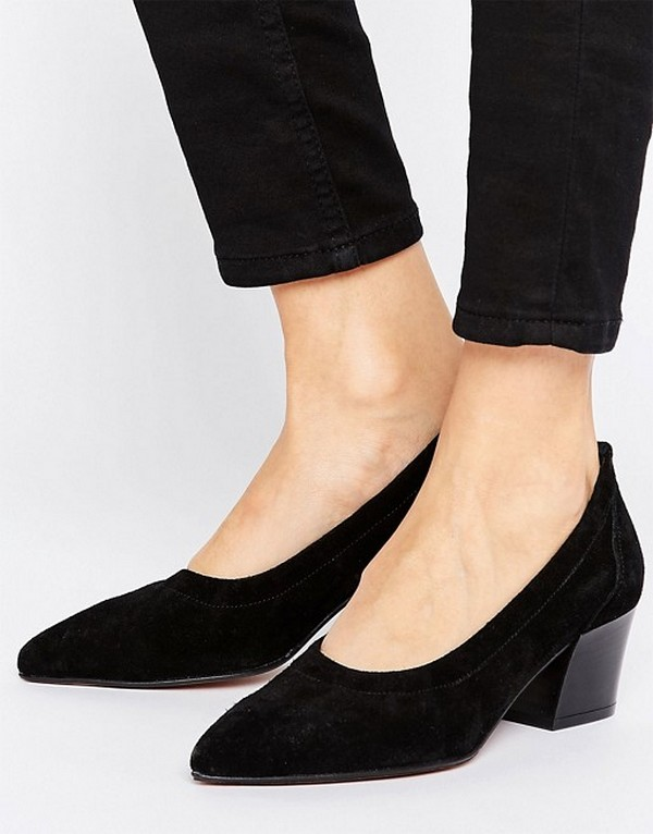 Замшевые туфли на низком каблуке гармоничны в образах в стиле кэжуал